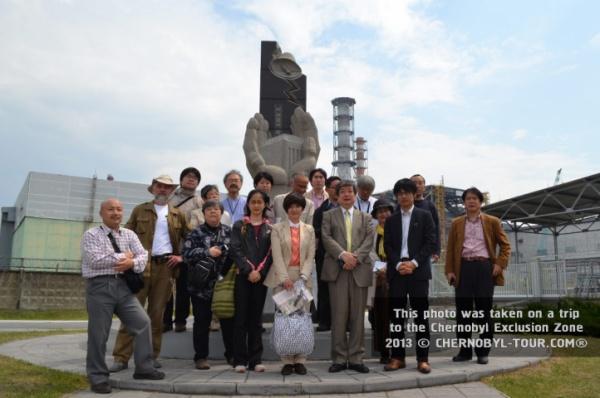 Группа японцев около Саркофага